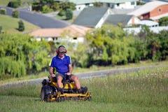 Manritt på gräsklipparen Arkivfoton