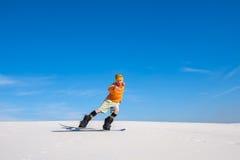 Manritter på snowboarden i öken Arkivfoton