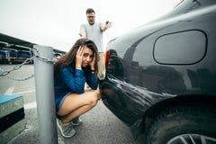 Manrop på kvinna på grund av den skrapade bilen Fotografering för Bildbyråer