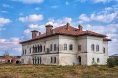 Mansão abandonada do Boyar a deteriorar em Romênia imagens de stock