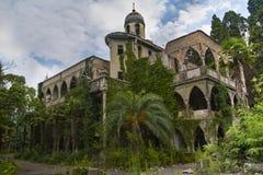 Mansão abandonada e coberto de vegetação no estilo oriental Conceito do conto 1001 noites Fotos de Stock Royalty Free