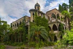 Mansão abandonada e coberto de vegetação no estilo oriental Conceito do conto 1001 noites Fotografia de Stock