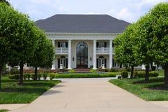 Mansão branca do tijolo Foto de Stock Royalty Free
