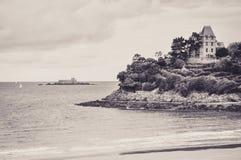 Mansão burguês que enfrenta o mar em Dinard foto de stock