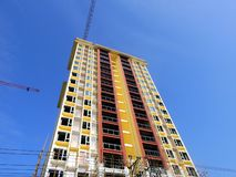 Mansão da construção alta de céu azul fotografia de stock royalty free