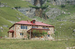 Mansão de dois andares nas montanhas Fotografia de Stock Royalty Free