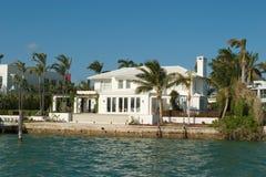 Mansão e casa brancas imagem de stock royalty free