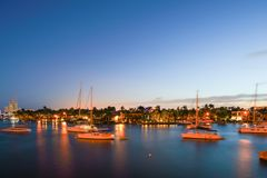 Mansão luxuosa Fort Lauderdale da baía do veleiro da exposição da molva da noite Fotografia de Stock Royalty Free