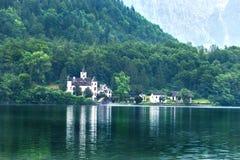 Mansão no lago da montanha Foto de Stock