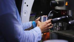 Mans的手拿着金属杯子和用途咖啡机做的饮料 股票视频