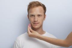 Mans ansikts- kosmetiska behandling. Royaltyfria Foton
