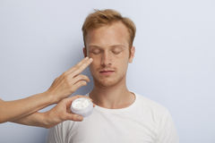 Mans ansikts- kosmetiska behandling. Arkivbilder