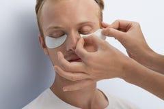Mans ansikts- kosmetiska behandling. Arkivfoto