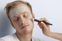 Mans ansikts- kosmetiska behandling. Arkivfoton