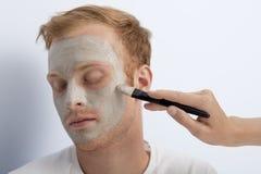 Mans ansikts- kosmetiska behandling. Fotografering för Bildbyråer