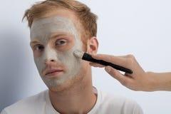 Mans ansikts- kosmetiska behandling. Arkivbild