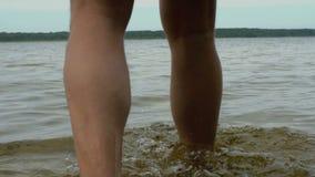 Mans ben som går i vattenultrarapiden stock video