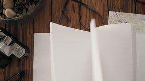 Mans den öppna handgjorda anteckningsboken a4 för händer med den verkliga läderräkningen lager videofilmer