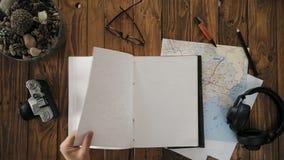 Mans den öppna handgjorda anteckningsboken a4 för händer med den verkliga läderräkningen arkivfilmer