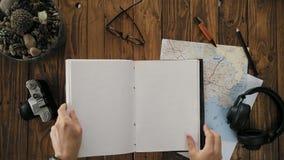 Mans den öppna handgjorda anteckningsboken a4 för händer med den verkliga läderräkningen stock video