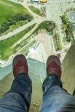 Mans fot på det glass golvet av CN-tornet Fotografering för Bildbyråer