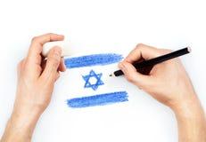 Mans händer med blyertspennaattraktionflaggan av Israel på vit royaltyfri fotografi