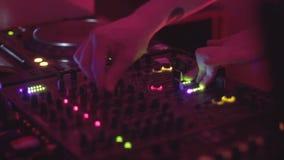 Mans händer som nyper styrning på discjockeyskivtallrik, uppläggningsfatsnurr arkivfilmer