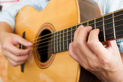Mans händer som spelar den klassiska gitarren Arkivbilder