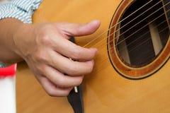 Mans händer som spelar den klassiska gitarren Royaltyfri Bild