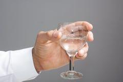 Mans hand med exponeringsglas av vatten fotografering för bildbyråer