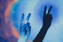 Mans hand som gör symbolet av seger och fred royaltyfri bild