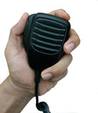 Mans hand som rymmer den Handheld mikrofonen för walkie-talkie Arkivbilder