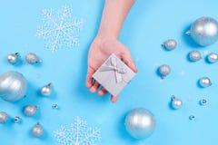Mans hand som rymmer en julgåva royaltyfria foton
