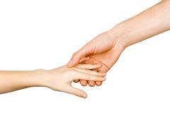 Mans hand som rymmer ett barns hand Arkivfoton