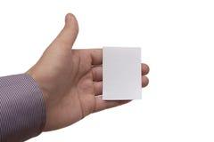 Mans hand som rymmer ett vitt affärskort Arkivfoton