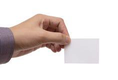 Mans hand som rymmer ett vitt affärskort Arkivbild