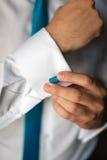 Mans handcloseup som fixar hans cufflinks Royaltyfria Foton