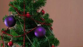 Mans handen som dekorerar julträdet stock video