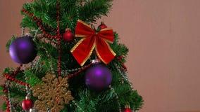 Mans handen som dekorerar julträdet arkivfilmer