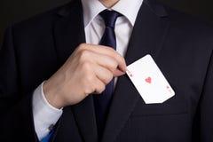 Mans handnederlaget som spelar kortet i dräktfack Royaltyfri Fotografi