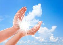 Mans handräckvidd för himmel Arkivbild
