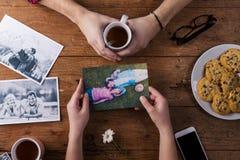 Mans och kvinnans händer Svartvita foto Par Te kakor, telefon royaltyfri bild