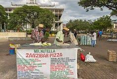 Mans som säljer Zanzibar pizza på den Forodhani trädgården i stenstad, Z fotografering för bildbyråer