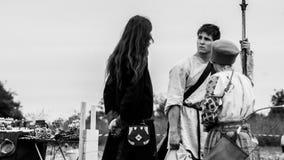 Mans som talar på den medeltida festivalen i den gamla Ladoga fästningen Leningrad region, Ryssland Historiskt begrepp Royaltyfri Bild