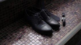 Mans svarta skor stock video