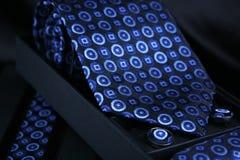 Mans vita skjorta med blåttbandet och cufflinks Fotografering för Bildbyråer