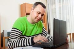 Mansammanträde på arbete på bärbara datorn arkivfoton