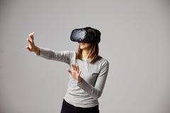 Mansammanträde på den Sofa At Home Wearing Virtual verklighethörlurar med mikrofon Royaltyfria Foton