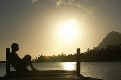 Mansammanträde på skeppsdocka vid sjön Royaltyfria Foton