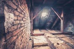 mansarda strychowy loft, dach budowa,/ obrazy stock